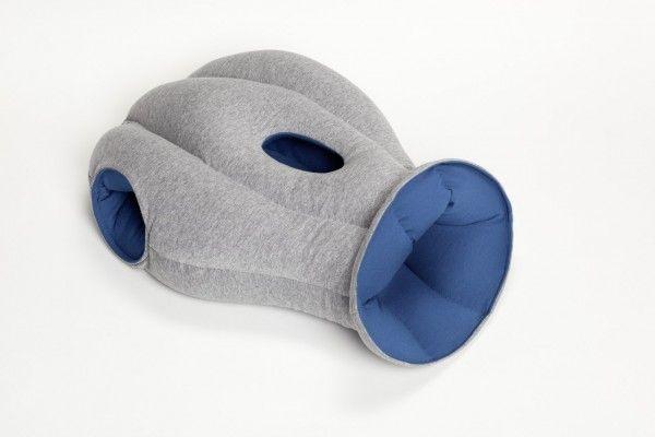 Подушка-страус Ostrich Pillow, для путешествий, дорожная для снаНеобычные подушки<br> Руководство по эксплуатации, инструкция Подушки-страус Ostrich Pillow (pdf 248 kb)<br><br> Вы любите вздремнуть в обеденный перерыв на работе, но коллеги и яркий свет мешают вам? Часто путешествуете, но не можете заснуть в дороге? Ищете оригинальный, но практичный подарок?<br><br><br> Вы пришли по адресу, мы готовы предложить вам Ostrich Pillow.<br><br><br><br><br> <br><br><br><br>Особенности подушки-страуса<br><br> Ученые не перестают повторять, что крепкий и здоровый сон очень важен для хорошего самочувствия человека.<br><br><br> Но как же выспаться современному человеку, когда вокруг постоянный шум-гам и бесконечные командировки? Такая возможность есть благодаря уникальной дизайнерской разработке, которая воплотила в себя все мечты офисных сотрудников, студентов и путешественников в одном предмете – подушке страус.<br><br><br> Наверняка вы знаете, что страусы могут прятать голову в песок и таким образом отгораживаться от внешних раздражителей. Наших клиенты говорят, что она полностью имитирует этот процесс, только вместо песка у вас будет мягкая и комфортная подушка с невероятным дизайном.<br><br><br> Эта новая разработка позволит вам спать где угодно, в любом месте и в любое время, будь то обеденный перерыв в офисе, путешествие в отпуск, деловая командировка или даже скучная лекция в университете. Просто просуньте голову внутрь подушки, и вы окажетесь в полной тишине и темноте.<br><br><br><br><br> <br><br><br><br><br> Конечно, разработчики Ostrich Pillow провели множество тестов, перед тем как создать новую модель, и позаботились о максимальном комфорте будущих ее владельцев. Так, внутренняя сторона подушки сделана из гипоаллергенного материала, который, к тому же, обладает высокой воздухопроводностью, а это значит, что жарко вам внутри не будет.<br><br><br> Для того, чтобы вы во время сна могли комфортно дышать, аксессуар имеет специальные прорези для рта и носа, в то же время