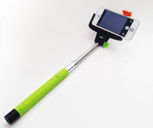 Штатив для селфи с bluetooth-кнопкой для Iphone и Android,1м зеленый, (монопод, палка), ручной для фото, для смартфонаМоноподы для селфи<br>Штатив (монопод, палка) для селфи с bluetooth-кнопкой для Iphone и Android,1м зеленый<br><br> Смотрите также - Другие цвета и модели моноподов<br><br>Отличным подарком на любой праздник для мужчины или женщины станет монопод для селфи. С его помощью можно создавать уникальные снимки, которые приятно удивят Вас и ваших близких. Универсальная палка для сэлфи поможет сделать широкоугольный снимок, захватив максимальный угол обзора! Легкий, удобный и простой в обращении монопод без проблем поместится в дамскую сумочку среднего размера и почти не займет там места.<br> <br>Особенности монопода<br> <br>Большая длина монопода, позволит сделать снимок на расстоянии до 1 метра, а при помощи bluetooth кнопки встроенной в палку-держатель Вы сможете делать красивые снимки. Прочная и надежная конструкция позволят использовать устройство в различных экстремальных условиях. Одной зарядки штатива хватает на 100 часов непрерывной работы!<br><br>Монопод, не является «бесполезной игрушкой» которую, вы положите на полку после пары раз использования. Этот удобный аксессуар поможет вам запечатлеть самые яркие моменты вашего отдыха. Прорезиненная ручка не даст выскользнуть палке для selfie из рук, а настраиваемый угол по горизонтали и вертикали поспособствует съемке качественного фото.<br><br>Преимущества монопода:<br> <br>- Подходит для любого смартфона<br> <br>- Длина палки 100 см.<br> <br>- Кнопка спуска затвора<br> <br>- Удобство использования<br> <br>- Надежность конструкции<br><br>Монопод для удобен тем, что имеет возможность вращаться на 180 градусов и подходит абсолютно для любого современного смартфона под управлением операционных систем iOS или Android. Огромным преимуществом также является то, что он удобно лежит в руке и приятный на ощупь, полезный аксессуар, который стоит взять с собой на отдых.<br><br>При покупке штатива для селфи, Вам не