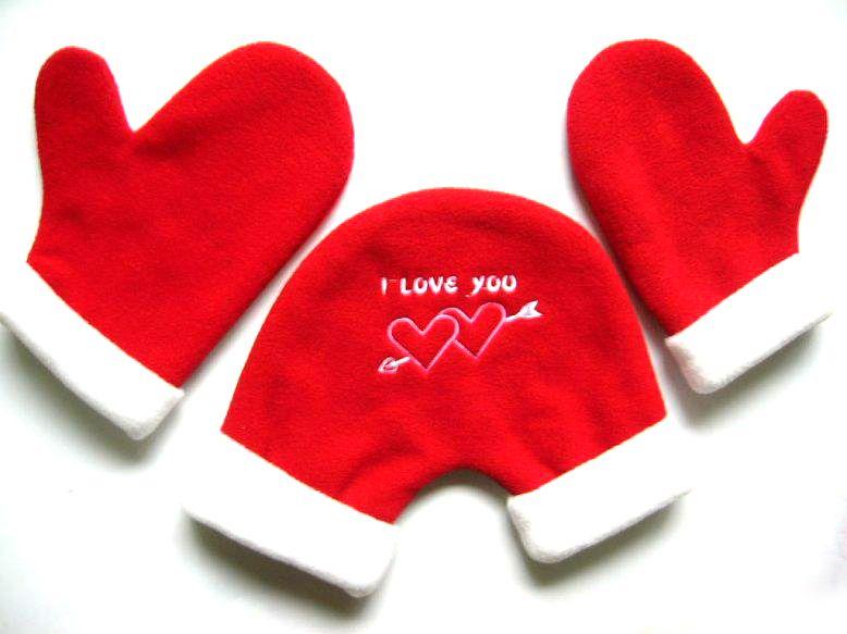 Варежки для влюбленных, подарок на 14 февраляВарежки для влюбленных<br><br> Идти рука об руку по заснеженному парку с любимым человеком и строить совместные планы на будущее – что может быть лучше? Представляем вам уникальные и недорогие рукавицы для влюбленных – с ними ваши руки всегда будут защищены от зимней стужи и согреты вашей любовью.<br><br><br> <br><br>Возьмитесь за руки – пусть весь мир знает о ваших чувствах!<br><br> Любовь – это не только красивые слова. Настоящая любовь кроется в поступках и ежедневной заботе о близком человеке. Проводите как можно больше времени друг с другом, встречайтесь, гуляйте, и самое главное – не отпускайте руку любимого! Ну а мы позаботимся о том, чтобы ваши ручки не ощущали холода во время самых неспешных и романтических прогулок.<br><br><br> Проявите заботу и удивите родного человека оригинальным и символичным подарком. В цену комплекта входит три элемента – общая варежка и две индивидуальных, пошитые из мягкого и теплого флиса. Проденьте руки в общую варежку и крепко сожмите ладонь своей избранницы или избранника – подарите ему или ей всю теплоту своего любящего сердца!<br><br><br> Двое воркующих влюбленных, связанные сердечком-варежкой, - это так трогательно и мило! Вместе с такими рукавицами вы сразу станете самой яркой и красивой парой – пусть все вокруг видят силу ваших чувств и знают, что они – взаимны!<br><br><br> <br><br>Преимущества<br><br><br>Недорогие – простой и эффектный подарок для любимого; <br><br>Тепло и уютно даже в самый сильный мороз; <br><br>Смотрятся очень стильно и ярко; <br><br>Они надолго сохранят свою внешнюю привлекательность, мягкость и теплосохранность;<br><br><br> <br><br>Как пользоваться варежками?<br><br><br>Пусть каждый из вас оденет по одной индивидуальной рукавице; <br><br>Придержите общую варежку рукой, пока ваш любимый или любимая проденет в нее руку; <br><br>Теперь ваша очередь спрятать свободную руку в общую варежку и крепко сжать ладонь близкого человека; <br><br>Наслаждайтесь теплом ва