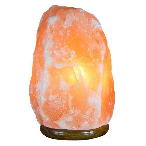 Соляная лампа Скала 5-7 кг, ионизатор воздуха, солевой светильникСоляные лампы в форме камня, скалы<br>(Солевая) Соляная лампа Скала 5-7 кг<br> <br> <br>  <br> Пласты каменной соли (минерала галита), из которых делают плафоны целебных ламп здоровья, датированы Кембрийским геологическим периодом в истории Земли. Предгорья Гималаев в Пакистана - это единственное место на Земле, где добывают кристаллы розовой и красной каменной соли.<br> <br><br> <br> <br>  <br> Соляная лампа Скала 5-7 кг - это правильный выбор декоративного и лечебного светильника для комнаты средних размеров. Отличный размер плафона, сравнительно недорогой ценник. Прибор в красивой коробке – стильный подарок, полезный для здорового образа жизни предмет, и отличное украшение, в том числе и для поклонников Фен-Шуй. Все материалы корпуса, плафона и подставки - натуральные - каменная соль и дерево. Крепеж и электрический шнур длинной 1,5 метра - из Германии. Сборка - российская. <br>  <br> <br>  <br> Купить солевую лампу Скала – значит обеспечить себе и близким возможность получать прямо у себя дома когда угодно абсолютно натуральный эффект ионизации воздуха в помещении, как после грозы. Действие такой насыщенной отрицательными ионами воздушной среды на человека очень благотворно влияет на множество внутренних биологических процессов. Заряженный таким образом воздух лечит многие болезни, успокаивает и приводит организм в правильный и здоровый тонус. <br>  <br> <br>  <br> Эти устройства принесут в Ваш дом не только гармонию и красоту, но и как следствие – здоровье и радость.<br> <br> <br>  <br> <br> <br>Основные особенности соляной лампы Скала 5-7 кг<br> <br>Форма: камень<br> <br>Цвет: пламя<br> <br>Вес: около 6500 г<br> <br>Подставка: дерево<br> <br> <br>  <br> <br> <br>Комплектация<br> <br>1. Соляная лампа Скала 5-7 кг<br> <br>2. Сетевой шнур 220В<br> <br>3. Упаковка - картонная коробка<br>