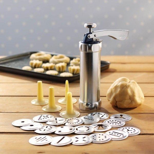Кондитерский пресс-шприц для печенья, шприц для выпечки, с насадкамиКондитерские шприцы<br>Кондитерский пресс-шприц для печенья<br> <br>Каждая хозяйка знает, как трудно приготовить домашнее печенье так, чтобы оно было не только недорогим и вкусным, но и красивым. Вы хотите порадовать своих близких настоящими шедеврами? Тогда вам просто необходимо купить кондитерский пресс-шприц для печенья. Именно этот инструмент (ну и, конечно, хороший рецепт) поможет сделать вашу выпечку уникальной и необычной. <br> <br>Использование шприца для печенья поможет проявить кулинарный талант даже начинающим хозяйкам, это подтверждено многочисленными отзывами наших покупателей. Кроме того, кондитерский шприц может стать дешевым, но очень полезным подарком.<br>   <br>Описание<br> <br>Кондитерский шприц с насадками предназначен для украшения тортов и пирожных, наполнения пончиков, корзиночек и эклеров, формирования печенья и пряников. Достаточно просто заменить насадку-дозатор и вы сможете порадовать близких удивительными творениями.<br> <br>Пресс-пистолет состоит из двух частей: колбы для теста и поршня, который проталкивает содержимое емкости наружу. Кроме того, в наборе имеется 4 насадки для крема и 20 различных форм в виде звездочек, кружков, цветочков, полосочек, капелек и других элементов. Поочередно меняя насадки можно получать различные узоры и конфигурации.<br> <br>Купить кондитерский шприц в нашем интернет-магазине можно очень дешево. Качество изделия при этом остается на должном уровне. Вам не придется беспокоиться о том, что пресс-пистолет сломается через короткое время. Корпус, поршень и насадки для печенья выполнены из металла и поэтому конструкция очень надежная.<br> <br>Правила применения<br><br><br> <br><br>Пользоваться этим несложным устройством сможет даже ребенок. Процесс предельно прост:<br> <br> <br>  Пользоваться этим несложным устройством сможет даже ребенок. Процесс предельно прост:<br> <br>  Пользоваться этим несложным устройством сможет даже ребенок. Процесс пре