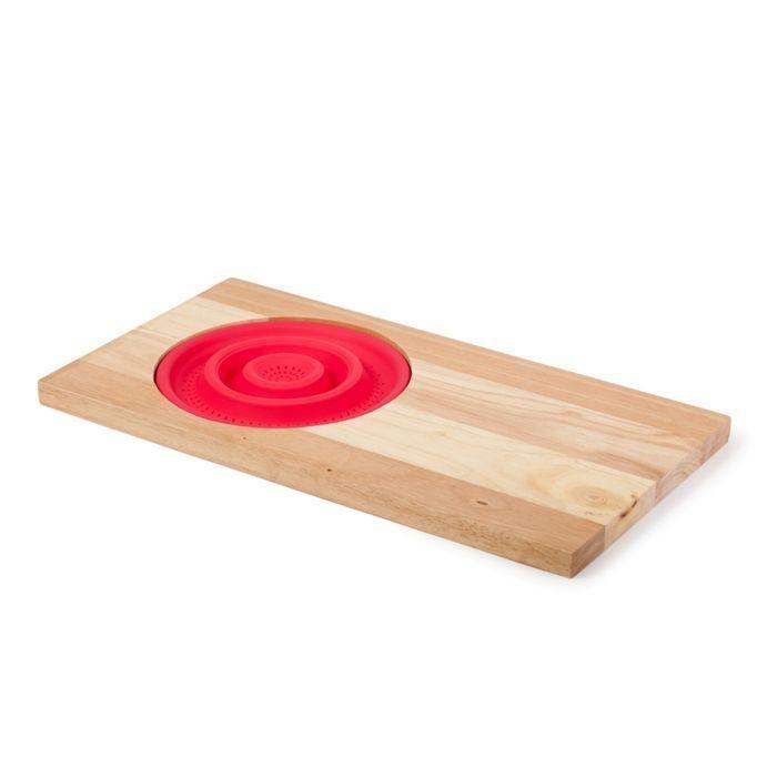 Разделочная доска с силиконовым дуршлаком (красный)Товары для кухни<br>Хотите наполнить свою кухню компактными и функциональными предметами?<br><br>    <br>  <br>Тогда смело приобретайте разделочную доску с силиконовым дуршлагом!<br><br>    <br>  <br>Очень удобное приспособление 2 в 1: разделочная доска и дуршлаг. Сама доска сделана из бруска прочного бамбука толщиной в 2 сантиметра, а дуршлаг - из силикона. Благодаря своей складной конструкции дуршлаг получился вместительным, но в то же время он не занимает много места. Такой необычный и одновременно логичный дуэт позволяет мыть овощи или фрукты и сразу же их резать. А яркие и сочные цвета, в которых оформлена эта композиция, будут очень кстати в самом «вкусном» месте дома.<br><br>Преимущества разделочной доски с силиконовым дуршлагом:<br>    <br>  <br>•Компактность<br>    <br>  •Яркое оформление<br>    <br>  •Функциональность<br>      <br>    <br>  <br><br>В последнее время для кухни придумано множество нехитрых приспособлений, которые делают процесс приготовления пищи более удобным и быстрым.<br><br>Отличительные особенности:<br><br><br>  Удобство<br><br>  Прочность<br><br><br>  <br><br>      Способ использования:<br>    <br>          Следите за тем, чтобы силиконовый дуршлаг не контактировал с колющими и режущими предметами: ножами, вилками, лопатками и т.п. Для мытья изделия нельзя использовать абразивные чистящие вещества и жесткие мочалки.<br>        <br>          Разделочная доска с силиконовым дуршлагом – это еще один креативный кухонный микс для тех, кто ценит простоту и удобство!<br>        <br>          <br>              <br>            <br>        <br>          Комплектация:<br>        <br>          <br>              <br>                Разделочная доска с силиконовым дуршлаком - 1 шт.<br>              <br>                Упаковка на русском языке.<br>              <br>            <br>              <br>                    <br>                  <br>            <br>              Технические характеристики