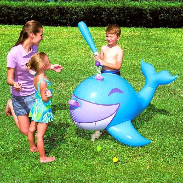 Надувной кит для игры в бейсбол Interactive Whale Ball-Pop SprinklerТовары для отдыха<br>Хотите научить ребёнка играть в бейсбол или всем знакомую лапту?<br><br><br><br>С надувным китом для игры в бейсбол Interactive Whale Ball-Pop Sprinkler Вы сможете сделать это в интересной новой форме!<br><br><br><br><br><br>    Принцип надувного кита прост: к нему подсоединяется садовый шланг и вместо подающего мяч выступает вода под напором, идущая из кита. Игрушка и бита, входящая в комплект, выполнены из прочного безопасного винила.<br>  <br>    Набор для весёлого времяпрепровождения детей летом, выполненный в виде забавного кита. Полный комплект и компактный размер позволяет брать набор с собой.<br>  <br>    Сделайте лето ребёнка незабываемым!<br>        <br>      <br>  <br>    Отличительный особенности:<br>  <br>    -Дизайн в виде кита<br>        <br>      - Клапан для шланга<br>          <br>        -3 мяча в комплекте<br>              <br>            - Надувная бейсбольная бита в комплекте<br>              <br>            - Ремонтная заплатка в комплекте<br>  <br>    Способ применения:<br>  <br>    <br>              <br>            <br>  <br>    Откройте воздушный клапан и накачайте биту и кита. Заполните камеру так, чтобы она была твёрдой на ощупь. Закройте клапан пробкой и вдавите его внутрь. Снизу кита прикрепите садовый шланг для подачи воды. Положите киту в рот мячик и запустите фонтан - мяч начнёт крутиться на струе воды. Необходимо попасть по мячику так, чтобы он отлетел как можно дальше. При сдувании выньте пробку и сожмите клапан с боков у основания, пока не выйдет весь воздух. После сдувания протрите изделие влажной тряпкой.<br>  <br>    <br>      <br>    <br>  <br>    <br>  <br>    С надувным китом для игры в бейсбол Interactive Whale Ball-Pop Sprinkler Вы весело проведёте время и научитесь играть в любимую игру на новый лад!<br>  <br>    Комплектация:<br>  <br>    Надувной кит для игры в бейсбол - 1 шт.<br>        <br>      Мяч для игры в бейсбол – 3 шт.<br> 