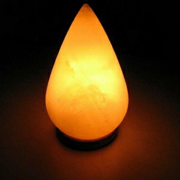 Соляная лампа Капля, ионизатор воздуха, солевой светильникСоляные лампы в форме шара<br>(Солевая) Соляная лампа Капля<br> <br>Соляная лампа Капля от компании Wonder Life идеально подойдет для небольшой спальни или жилой комнаты. Лечебный радиус действия светильника-ионизатора – 1 метр, профилактический – до 3-х метров. Лампа не только послужит Вам в качестве красивого ночника с приглушенным природным минералом светом, она отлично успокоит и поможет заснуть, подействует как снотворное, абсолютно естественно и бесшумно. <br>  <br> <br>  <br> Основная деталь в любом соляном светильнике – это плафон из куска каменной соли (минерал halos - галит). При нагреве от тепла маломощной лампы такой плафон начинает насыщать воздушную среду вокруг себя отрицательно заряженными частицами – ионами. Воздух приобретает свежесть грозовой атмосферы, морского или океанского берега, горных вершин. Им очень приятно и легко дышится. Проникая в альвеолы, он на клеточном уровне взаимодействует с организмом, очищает и лечит его. Нейтрализуются вредные эманации, в том числе и от работы электрических полей бытовых приборов, например компьютеров. Действие солевого плафона имеет также мощный бактерицидный эффект – в радиусе работы солевой лампы бактерии не размножаются и быстрее гибнут. <br>  <br> <br>  <br> Прибор поможет не только справиться со многими болезнями и недомоганиями, но и выручит везде, где чувствуется нехватка свежести и энергии. Плафоны производят из пластов пакистанской соли. Кристаллы соли добывают в шахтах, с глубины более полукилометра, из залежей, которым более полумиллиарда лет. <br>  <br> <br>  <br> Купить соляную лампу совсем несложно, и правильно расположив ее в квартире или доме, можно будет рассчитывать, что вся накопленная в Гималаях со времен Кембрийского периода природная сила солевых кристаллов будет работать во благо гармонии и для здоровья Ваших близких.<br> <br>Основные особенности соляной лампы Капля<br> <br>Форма: капля<br> <br>Цвет: желтое пламя<br> <br>Вес: ок