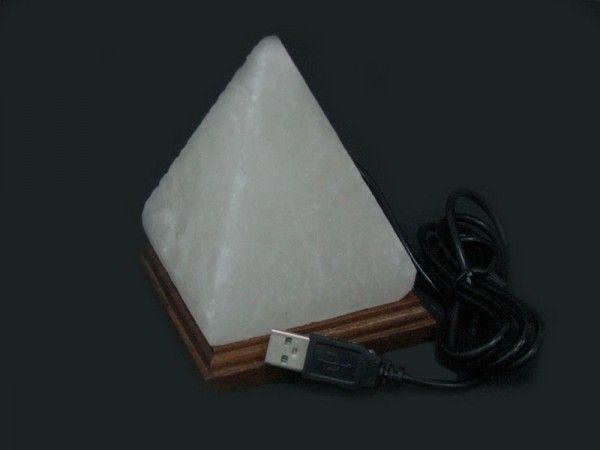 Соляная лампа Пирамида (питание от USB), ионизатор воздуха, солевой светильникСоляные лампы в форме пирамиды<br>(Солевая) Соляная лампа Пирамида (питание от USB)Эта мини лампа сделана из настоящей каменной соли в виде пирамиды - прекрасный подарок для любого владельца компьютера или Ноутбука. Питание лампы - от USB порта (в том числе и от обычного компьютера или ноутбука). Лампочка LED - многоцветная, с автоматической сменой цвета (комплектующие из Пакистана).Цвет лампы автоматически изменяется  Комплектация 1. Солевая лампа Пирамида 2. Адаптер USB 3. Упаковка - картонная коробка<br>