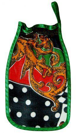 Варежка для пилинга Шелковица Фантазия, для очищения кожи, массаж для телаВарежки для пилинга<br>Варежка для пилинга Шелковица из натуральной шелковой ткани Фантазия.<br><br> Смотрите также - другие цвета Варежек для пилига<br><br>   Золотой песок      Коралловая      Шампанское      Черная ночь      Горох      Фантазия      Мини   <br><br>Система скидок:<br>  <br> 10 шт. - 410 руб.<br>  <br> 20 шт. - 390 руб.<br>  <br> <br> <br>Наша кожа нуждается в очищении. Удаление толщины слоя отмерших клеток – важная косметическая процедура. Изо дня в день только что родившиеся клетки оттесняют на более дальние позиции своих старших сородичей, продвигая их к поверхности кожи. По мере продвижения клетки теряют влагу, заполняются твердым белком каротином, превращаются в плоские чешуйки, а затем отшелушиваются с поверхности кожи. Так обновляется наша кожа, непрерывно умирая и возрождаясь. Чем быстрей происходит обновление клетки, тем лучше она выглядит. После процедуры пилинга кожа выглядит свежее, моложе, легче дышит, лучше воспринимает ухаживающие процедуры, ровнее принимает загар. В сочетании с обертываниями и массажами пилинг тела помогает решить такие проблемы, как целлюлит, потеря упругости и эластичности кожи, акне, избыточный вес, преждевременное увядание.<br> <br>Чаще всего пилинг делается в домашних условиях. Всем известны такие простые и доступные рецепты, как соляной пилинг, пилинг из овсяных хлопьев, кофейная гуща. В магазинах также всегда есть большой выбор скрабов любой ценовой категории и степени эффективности. Мы же хотим познакомить вас с натуральным, гипоаллергенным, долговечным, эффективным пилингом, который будет незаменим в ванной, сауне или бане. <br>  <br> <br>  <br> Варежка Шелковица изготовлена из натурального стопроцентного шелка. Для производства этой ткани используют креп-нить из 2-7 нитей шелка сырца, скрученного на 2500-3200 оборотов влево или вправо; нить подвергается запариванию, отличается шероховатостью, упругостью, некоторой жесткостью. Именно 