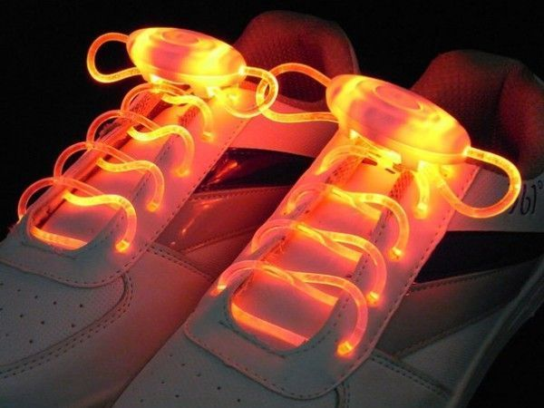 Светящиеся шнурки LED Luminous shoelace, красныеСветящиеся шнурки<br>Светящиеся шнурки LED Luminous shoelace, красные<br> <br>Это не просто светящиеся шнурки - это гибкий неоновый провод, которому можно найти множество разных применений. С такими оригинальными, яркими и запоминающимися шнурками Вы всегда будете в центре внимания, где бы ни находились. Этот необычный аксессуар будет оценён по достоинству всеми любителями ночных событий, предпочитающих дискотеки, музыку и ночные прогулки по городу. Шнурки, также как и обувь являются выражением Вашей индивидуальности, поэтому умалять достоинства led шнурков было бы неправильно. С этими шнурками Вы всегда сможете подчеркнуть характер, придать яркость и отметить Вашу индивидуальность! Оденьте вместо привычных разноцветные светящиеся шнурки – и Ваша обувь заиграет по-новому!<br> <br>Особенности светящихся шнурков:<br> <br>Светящиеся шнурки работают в трёх режимах: непрерывное свечение, быстрое мигание, медленное мигание, при этом излучая приятный и главное безвредный свет. Работают от одной батарейки-таблетки CR2032. Светящиеся шнурки LED можно носить в любую погоду, не пачкаются, не промокают, очень прочные.Купить светящиеся шнурки в Москве можете у нас на сайте. Многие выбирают светящиеся шнурки как отличный подарок на Новый Год, подарок на День Рождения, подарок ребёнку. Светодиодные шнурки в Москве, в качестве оригинального подарка другу или коллеге, Вы также можете приобрести в пункте самовывоза нашего интернет-магазина.<br> <br>Светящиеся LED шнурки могут выполнить несколько важных функций:<br> <br> <br>  Сделать велосипедиста или пешехода на дороге в темное время суток заметным. Шнурки светящиеся в темноте привлекут внимание автомобилистов, и станет понятно, что по дороге движется человек.<br> <br>  Отпугнуть дворовых собак в темноте можно с помощью режима мерцания на шнурках. Это удобно, ведь искать палку и отпугивать животное страшно и рискованно. Тем более, цена светящихся шнурков намного ниже, чем новые штаны, 