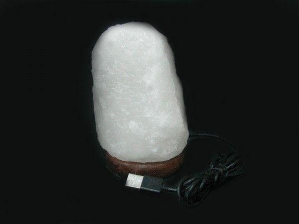 Соляная лампа Скала XL (питание от USB), ионизатор воздуха, солевой светильникСоляные лампы в форме камня, скалы<br>(Солевая) Соляная лампа Скала XL (питание от USB)<br> <br>Эта мини лампа сделана из настоящей каменной соли в виде скалы - прекрасный подарок для любого владельца компьютера или Ноутбука. Питание лампы - от USB порта (в том числе и от обычного компьютера или ноутбука). Лампочка LED - многоцветная, с автоматической сменой цвета (комплектующие из Пакистана).<br><br>Цвет лампы автоматически изменяется<br> <br><br> <br>Комплектация<br> <br>1. Солевая лампа Скала XL<br> <br>2. Адаптер USB<br> <br>3. Упаковка - картонная коробка<br>