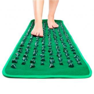 Массажный коврик для ног с камнями FitStudio massageМассажные коврики с камнями<br>Массажный коврик с камнями FitStudio massage<br> <br> Смотрите также - Массажный коврик с камнями OMMASSAGE GREEN MAT<br> <br>Современный человек не имеет возможности часто ходить босиком, а ведь это очень полезно для здоровья. Массажный коврик с камнями действует на стопы почти также, как если бы вы прошлись по морской гальке босиком. Рельефная поверхность коврика массирует стопы, укрепляет голеностопный сустав и предотвращает развитие плоскостопия.<br> <br>С помощью такого нехитрого приспособления люди, страдающие мозолями и шипами, смогут избавиться от болей. Массаж снимает отеки и дарит ощущение легкости в ногах. Массажный коврик с камнями может служить отличной профилактикой артроза и варикозного расширения вен. Он способствует расслаблению всех мышц человеческого тела.<br> <br>Чувствительные зоны на стопах, как известно, связаны с внутренними органами, поэтому их раздражение оказывает общеукрепляющее действие на весь организм в целом. Каменистое покрытие коврика дарит ощущение единения с природой, ее целительную силу. Несколько минут массажа благотворно скажутся на продуктивности вашего рабочего дня, укрепят самочувствие, поддержат бодрое состояние духа. Сейчас такие массажные коврики завоевывают популярность всего мира. Это простое и гениальное приспособление отлично подойдет для любой семьи.<br> <br>Размер коврика – 1,4 х 0,4 м. (ДхШ)<br>