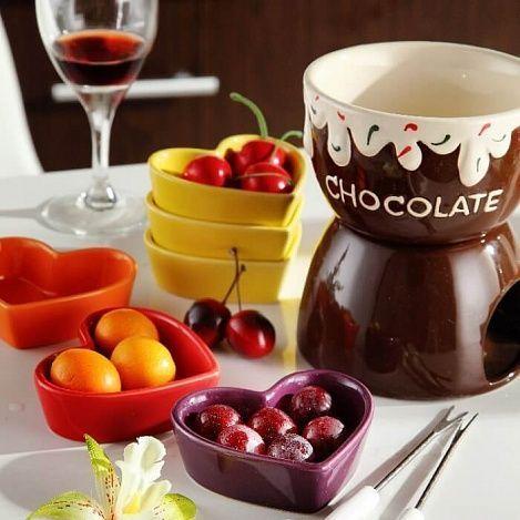Мини-фондю ШоколадШоколадные фонтаны и фондю<br>Считаете себя настоящим гурманом и обожаете европейскую кухню?<br><br><br>С мини-фондю Шоколад на Вашем столе будут самые изысканные блюда!<br><br><br><br> Мини-фондю представляет собой чашу и основание, сделанные из керамики. Чаша используется для растапливания шоколада, сыра или мороженого. В основании имеется специальное отверстие для размещения свечи. Фондюшница очень компактна и удобна.<br><br><br> Оригинальный кухонный аксессуар, который придётся по душе любителям европейских закусок. С кружкой для фондю Вы порадуете себя и близких изысканным швейцарским блюдом и получите море удовольствия.<br><br><br><br><br> Удивите себя необычным вкусом!<br><br>Отличительные особенности:<br><br><br><br><br> – Многофункциональность: шоколад, сыр, мороженое  <br> – Материал: керамика <br> – Размер: 11,5*11,5*7,2 см<br><br><br> <br>Способ применения:<br> <br><br> <br> Положите в чашу кусочки шоколада, сыра или мороженое. В основании сверху имеется небольшой резервуар, куда необходимо налить воду. Поставьте чашу на основание, вставьте в основание свечу и зажгите её. Когда шоколад, сыр или мороженое растопятся, наколите на вилочку кусочек фрукта, зефир, хлеб или мясное изделие и обмакните.<br><br> <br><br> <br><br>Мини-фондю Шоколад - настоящий шедевр мировой кухни теперь и на Вашем кухне!<br><br> Комплектация:<br><br><br> Чаша для растапливания - 1 шт. <br> Подсвечник - 1 шт. <br> Картонная коробка с русской наклейкой со штрих-кодом<br><br><br>  <br> <br><br><br> Технические характеристики:<br><br><br> Цвет: бежевый, коричневый <br> Материал: керамика <br> Вес в упаковке: 880 гр. <br> Вес без упаковки: 780 гр. <br> Размер: <br> Чаша для растапливания - 11,5*11,5*7,2 см <br> Подсвечник - 7,6*12*8 см<br><br> <br><br> <br>