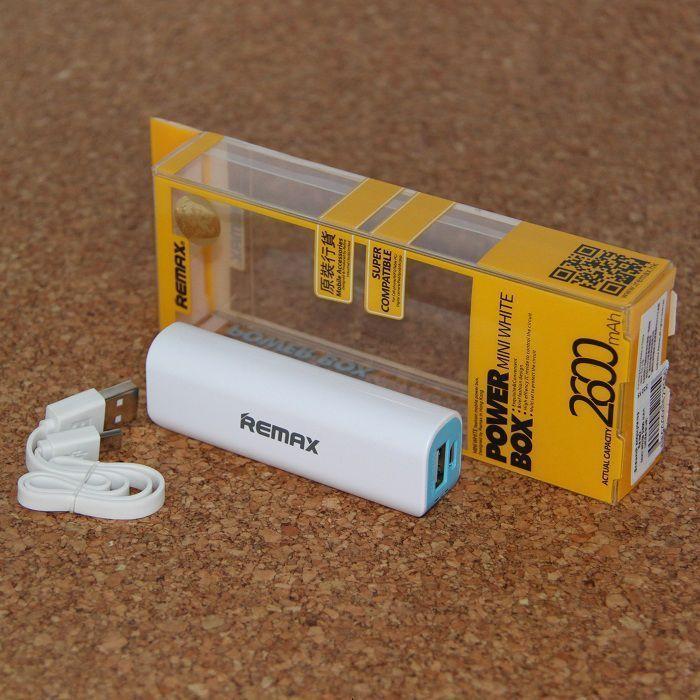 Внешний аккумулятор Remax Mini 2600 mAh (бело-серый)Аксессуары для смартфонов<br>Ваш смартфон разрядился в самый неподходящий момент?<br><br><br><br>Внешний аккумулятор Remax Mini 2600 mAh легко это исправит!<br><br><br><br>    Портативное зарядное устройство подходит для самых разных устройств с USB-выходом. Аккумулятор имеет стильный дизайн с двуцветным корпусом и компактный размер. Для Вашего удобства оснащён индикатором заряда.<br>  <br>    <br>        <br>      <br>  <br>    Позаботится о Ваших гаджетах, когда им нужна будет энергия. Имеет стильный дизайн и по достоинству будет оценён любителями современных гаджетов.<br>  <br>    Будьте всегда на связи!<br>        <br>      <br>  <br>    Отличительные особенности:<br>  <br>    - Ёмкость: 2600 mAh<br>        <br>      - 1 USB-выход<br>          <br>        - Стильный дизайн<br>          <br>        - Индикатор заряда<br>  <br>    <br>            <br>          <br>  <br>    Способ применения:<br>  <br>    <br>              <br>            <br>  <br>    Соедините Ваше устройство с внешним аккумулятором при помощи USB-кабеля.<br>  <br>    <br>      <br>    <br>  <br>    <br>  <br>    Будьте всегда на связи вместе с внешним аккумулятором Remax Mini 2600 mAh!<br>  <br>    <br>        <br>      <br>  <br>    Комплектация:<br>  <br>    Внешний аккумулятор - 1 шт.<br>        <br>      USB-кабель - 1 шт.<br>        <br>      Оригинальная англоязычная упаковка с русской наклейкой со штрих-кодом<br>  <br>    <br>          <br>        <br>  <br>    Технические характеристики:<br>  <br>    Цвет: белый с серым<br>        <br>      Материал: пластик<br>        <br>      Ёмкость: 2600 mAh* (Фактическая ёмкость аккумулятора может быть ниже заявленной производителем до 30%. Количество зарядов и % заряда зависит от емкости аккумулятора заряжаемого устройства. Обращаем Ваше внимание, что поставщик не несет ответственности за реальную мощность аккумулятора)<br>        <br>      1 USB-выход<br>  <br>