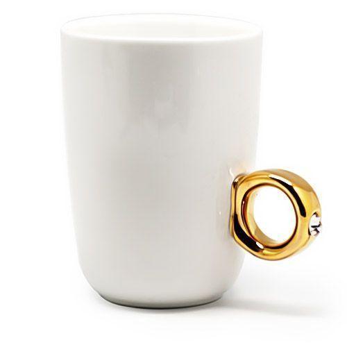 Кружка с кольцом ПредложениеТовары для кухни<br>Хотите сделать любимой девушке оригинальный и запоминающийся подарок?<br>Подарите Вашей второй половинке оригинальную кружку с кольцом Предложение!<br><br>Кружка с кольцом Предложение идёт в подарочной коробочке, при открытии которой видно только колечко с блестящим камнем, который сияет и переливается. Такой оригинальный подарок будет радовать Вашу избранницу долгое время и точно станет ее любимой кружкой. Кружка может выступать как индивидуальный аксессуар на рабочем месте и точно обратит на себя внимание всех коллег.<br><br>Преимущества кружки с кольцом Предложение:<br><br>• Прочный материал <br> • 2 разных цвета ручки – золото и серебро <br> • Оригинальный дизайн <br> • Оригинальная подарочная коробка<br><br><br> <br> <br><br><br>Красивый и необычный подарок девушке в виде кружки с кольцом со стразой. Оригинальная конструкция кружки и упаковки не сразу дадут понять, что на самом деле это кружка. Станет отличным украшением кухни и предметом зависти подруг.<br><br>Отличительные особенности:<br><br><br><br>Ручка в виде кольца со стразой <br> <br>2 разных цвета ручки – золото и серебро<br>Подарочная коробка<br><br><br> <br> <br><br>Способ применения:<br><br>Помойте кружку перед первым применением и после каждого чаепития.<br><br>Кружка с кольцом Предложение - подарок, который не оставит равнодушной ни одну девушку!<br><br> <br> <br><br><br>Комплектация:<br><br><br>Кружка - 1 шт. <br> Подарочная чёрная упаковка<br><br><br> <br> <br><br><br>Технические характеристики:<br><br><br>Цвет: кружка - белый, ручка - серебро, золото. Выбор конкретных цветов не предоставляется. <br> Материал: фарфор <br> Объём: 270 мл<br><br>