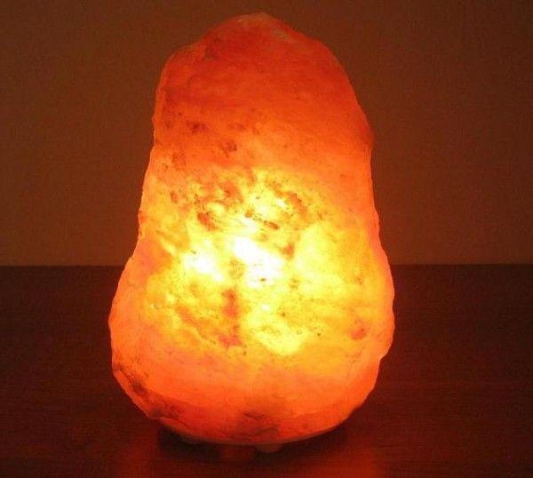 Соляная лампа Скала Техно на пластиковой подставке, 2-3 кг, ионизатор воздуха, солевой светильникСоляные лампы в форме камня, скалы<br>(Солевая) Соляная лампа Скала Техно на пластиковой основе, вес 2-3 кг<br> <br>Солевая лампа Скала Техно весом 2-3 кг отлично подойдет для небольшого помещения площадью около 8-12 квадратных метров. Данная лампа имеет в своем дизайне редкую черту. В отличие от большинства подобных солевых светильников на больших деревянных подставках, основой для модели Соляная лампа Скала Техно служат компактные пластиковые ножки, благодаря которым создается впечатление что «каменный» плафон стоит на поверхности сам по себе. <br>  <br> <br>  <br> Красноватая подсветка – одна из наиболее красивых и гармоничных. Такой свет дают только пакистанские или, как их чаще называют - гималайские лампы. <br>  <br> <br>  <br> Пласты каменной соли, из которых сделаны их плафоны датированы Кембрийским геологическим периодом. Предгорья Гималаев на севере Пакистана - это единственное на Земле место где добывают розовые и темно-красные кристаллы каменной соли. <br>  <br> <br>  <br> Оттенки плафонов из соли от бледно-розового до грязно бурого получаются, когда кроме основы соли – натрия хлорида, в составе примесей имеется калия хлорид, который и порождает прожилки красных расцветок. Соляная лампа Скала Техно относится в первую очередь к декоративно-лечебным светильникам, создающим гармонию в световом оформлении дома. Для лечебного эффекта рекомендуемая длительность работы таких светильников, как правило, составляет несколько часов. Постоянная длительная работа светильника из гималайской соли нежелательна, так как при работе воздух насыщается не только отрицательными ионами кислотных составляющих, но и положительными частицами примесей. Инструкция для каждой конкретной модели подскажет, как правильно использовать светильник.. <br>  <br> <br>  <br> Солевые лампы  - отличный подарок для украшения и создания оздоровительной атмосферы в небольшой комнатке. Упаковка лампы – 