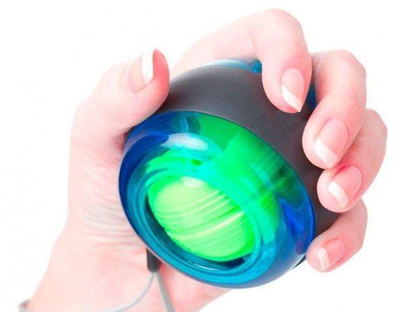 Кистевой тренажер Gyroscope (Гироскоп) Ball (PowerBall, ПоверБол), эспандер для рукКистевые тренажеры<br>Кистевой тренажер Gyroscope Ball (PowerBall, ПоверБол)<br> <br>Gyroscope Ball (PowerBall, ПоверБол) - это кистевой тренажер, эспандер для мужчин и женщин, для детей и взрослых. Аналоги данного тренажера: Смяч, Booster, Neon, PowerBall, ПоверБол и др.<br><br>Особенности  Gyroscope Ball<br> <br>1.Высокое качество товара<br>  <br> 2.Пользуется спросом среди мужчин и женщин разного возраста<br>  <br> 3.Малогабаритный <br>  <br> 4.Высокая планируемая розничная наценка<br>  <br> <br>  <br> PowerBall, ПоверБол  - это небольшой пластиковый шар, помещающийся в Вашей руке и начинающий вырываться из неё под воздействием внутреннего импульса (прецессии) - одного из свойств гироскопа, который расположен внутри сферы. Для гироскопического тренажера не нужны ни батарейки ни зарядное устройство. Этот небольшой кистевой тренажер способен создавать нагрузку на руки, эквивалентной массе 15 килограмм! <br>  <br> <br>  <br> После начала работы, кистевой эспандер  Gyroscope Ball буквально оживёт у вас в руках и начнёт вырываться в разные стороны. Ваша задача - увеличить скорость его вращения, одновременно удержав в руках. Ощущения от использования ручного эспандера  ПоверБол нельзя сравнить больше ни с чем. <br>  <br> <br>  <br> Тренажер для кистей подходит и для развлечения и для тренировок. Заразителен - дайте ему несколько минут и Вы не сможете отложить его. Кистевой тренажер это удивительный предмет, который поразит ваших коллег и друзей. За несколько недель повысит выносливость и цепкость рук в разы. <br>  <br> <br>  <br> PowerBall может стать отличным подарком практически для любого человека. Тренажер может использоваться для тренировки кистей рук, а значит, пригодится спортсменам, музыкантам, танцорам и многим другим. <br>  <br> <br>  <br> Устройство используют для профилактики болей в суставах при долгой работе за компьютером. Он поможет избежать проблем с суставами кистей в б