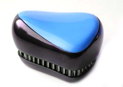 Расческа для волос Compact Styler, синий, (Компакт Стайлер), для распутывания мокрых и кудрявых волосРасчески для волос<br>Расческа для волос Compact Styler, синий<br><br> Смотрите также - другие цвета расчесок<br><br>Профессиональная распутывающая расческа для волос Compact Styler идеально подходит для всех типов волос. Оригинальная форма зубчиков обеспечивает двойное действие и позволяет быстро и безболезненно расчесать влажные и сухие волосы. Благодаря эргономичному дизайну, расческу удобно держать в руках, не опасаясь выскальзывания. Расческа дополнена удобной крышечкой.<br><br>Компактная версия профессиональной расчески для волос. Отлично подходит для мокрых, сухих и нарощенных волос. Безболезненное распутывание достигается за счет особой конструкции зубчиков. При расчесывании Compact Styler ваши волосы получат дополнительный объем за счет максимального подъема волос у корней. Незаменима для ведущих активный образ жизни.<br> <br>Маленький размер и высокий стиль, она может быть брошена в сумку и вытащена перед деловой встречей, чтобы преобразить Ваши волосы в считанные секунды. Расческа Compact Styler имеет съемную крышку для защиты зубчиков от пуха и грязи.<br><br>Пластмассовой расческой Compact Styler можно расчесывать как влажные, так и сухие волосы. Расчесывая влажные волосы обычной расческой, вы увеличиваете шансы выпадения волос, поскольку мокрые пряди гораздо больше подвержены деформации, ломкости, а волосяные луковицы ослабевают. Благодаря специальной конструкции щетинок и их гладкой поверхности, бережно расчесывает влажные волосы.<br> <br>Расческа Compact Styler расчесывает любые спутанные пряди и не тянет волосы, что особенно важно для детских волос. Отлично расчесывает густые кудрявые волосы, а также предупреждает сечение кончиков волос.<br>