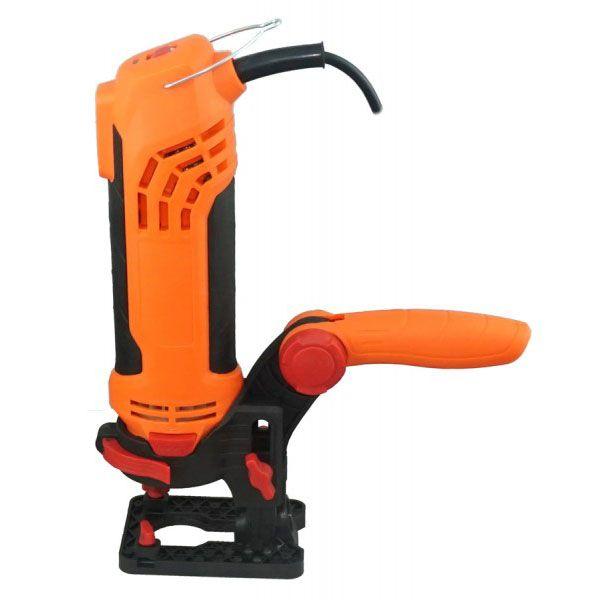Универсальный электроинструмент Twist-A-Saw Deluxe Kit (набор Tвист э Cоу), реноватор для ремонта, многофункциональныйЭлектроинструменты<br> Универсальный электроинструмент Twist-A-Saw Deluxe Kit (набор Tвист э Cоу)<br><br>  <br><br><br>  - Сертификат, Реноватор Twist-A-Saw <br><br><br><br><br>  <br><br><br>  <br><br>    Руководство по выбору сверел Twist A Saw<br><br><br><br> Если вы планируете начать ремонт в доме или благоустроить дачный участок – спешите купить универсальный электроинструмент Twist-A-Saw. Наш интернет-магазин предлагает вам незаменимого и безотказного помощника, который легко и быстро сверлит отверстия, точит лезвия, шлифует, гравирует и распиливает всевозможные материалы. Это – не выдумка, это – недорогой, но многофункциональный инструмент Twist-A-Saw, который уже полюбился тысячам мастеров по всей стране.<br><br><br> <br><br>В чем особенность этого электроинструмента?<br><br> Реноватор Твист Э Соу разработан для различных работ с любыми материалами, которые окружают нас в быту. Один такой инструмент с легкостью заменит вам ряд важных, но узкопрофильных и громоздких приспособлений, например, фрезу дрель или лобзик. Реноватор:<br><br><br>Режет;<br>Распиливает;<br>Фрезерует;<br>Шлифует и полирует;<br>Выполняет гравировку;<br>Сверлит;<br>Пробивает стены;<br>Обрабатывает рашпилем.<br><br><br> Согласитесь, это – практически безграничные возможности! 287 насадок, бит и трафаретов – это настоящая универсальность. Для удобства работы, прибор дополнен  линейкой, циркулем, конусными ключами и втулками, шлангом для сбора отходов.<br><br><br> Важно отметить, что один недорогой инструмент запросто справляется с большим количеством материалов – акрил, керамика, стекло, деревянный брус, сталь, бетон, кирпич, камень, пластмасса, ламинат и т.д. Многочисленные отзывы подтверждают эффективность и универсальность этого реноватора.<br><br><br> <br><br><br> Работать с Твист Э Соу – сплошное удовольствие, он легкий, удобный и компактный. Подробно изучив инструкцию, п