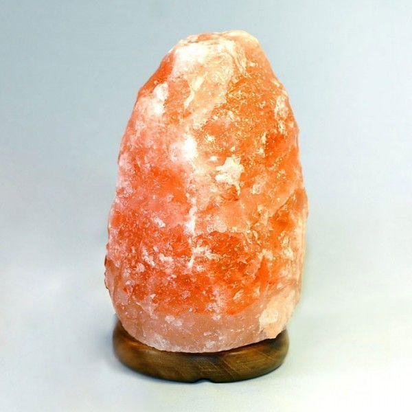 (Солевая) Соляная лампа Скала 3-4 кгСоляные лампы в форме камня, скалы<br>(Солевая) Соляная лампа Скала 3-4 кг<br> <br>Пласты каменной соли (минерала галита), из которых делают плафоны целебных ламп здоровья, датированы Кембрийским геологическим периодом в истории Земли. Предгорья Гималаев в Пакистана - это единственное место на Земле, где добывают кристаллы розовой и красной каменной соли. <br>  <br> <br>  <br> Соляная лампа Скала 3-4 кг - это правильный выбор декоративного и лечебного светильника для комнаты средних размеров. Отличный размер плафона, сравнительно недорогой ценник. В красивой коробке – стильный подарок, полезный для здорового образа жизни предмет, и отличное украшение, в том числе и для поклонников Фен-Шуя. Все материалы корпуса, плафона и подставки - натуральные - каменная соль и дерево. Крепеж и электрический шнур длинной 1,5 метра - из Германии. Сборка - российская.<br> <br> Фотографии упаковки и солевой лампы из нашего магазина:<br> <br> <br> <br>Купить соляная лампа значит обеспечить себе и близким возможность получать прямо у себя дома когда угодно абсолютно натуральный эффект ионизации воздуха в помещении, как после грозы. Действие такой насыщенной отрицательными ионами воздушной среды на человека очень благотворно влияет на множество внутренних биологических процессов. Заряженный таким образом воздух лечит многие болезни, успокаивает и приводит организм в правильный и здоровый тонус. <br>  <br> <br>  <br> Соляные лампы и подсвечники принесут в Ваш дом не только гармонию и красоту, но и как следствие – здоровье и радость.<br><br>Основные особенности соляной лампы Скала 3-4 кг<br> <br>Форма: камень<br> <br>Цвет: пламя<br> <br>Вес: около 3,5 кг<br> <br>Подставка: дерево<br><br>Комплектация<br> <br>1. Соляная лампа Скала 3-4 кг<br> <br>2. Сетевой шнур 220В<br> <br>3. Упаковка - картонная коробка<br>
