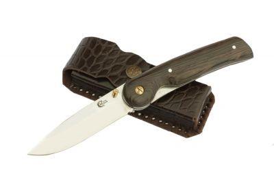 Нож Ворсма складной Амур, сталь 95х18, дерево-венге (кузница Семина)Ножи туристические<br>Хищный облик ножа «Амур» придает ему особый шарм. Острейшее лезвие подарит вам настоящее наслаждение от работы таким качественным инструментом. Решитесь заказать складной нож из нержавеющей стали 95Х18 «Амур».<br>Характеристики:<br><br><br><br><br><br><br> Все размеры:<br><br><br> Общая длина, мм 230 Длина клинка, мм 90,6 Ширина клинка, мм 25,4 Толщина клинка, мм 2,6 Длина рукояти, мм 130 Толщина рукояти, мм 19 Твёрдость клинка,<br><br><br><br><br> Материал:<br><br><br> Сталь 95Х18 нержавеющая. Рукоять венге<br><br><br><br><br> Особенности:<br><br><br> Твёрдость клинка, HRC - 60<br><br><br><br><br> упаковка габариты см:<br><br><br> 20*7*4<br><br><br><br><br>
