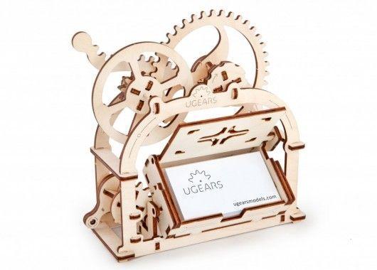 Деревянный конструктор UGEARS Шкатулка, (3D пазл), для детей, для взрослых, для конструированияДеревянный конструктор Ugears<br>Деревянный конструктор (3D пазл) UGEARS - Шкатулка<br><br><br>  <br><br><br><br>  3D пазл Шкатулка состоит из деревянных деталей, вырезанных в фанерном основании. Конструктор Шватулка включает 61 деталь, несколько деревянных палочек и руководство пользователя. Прилагаемая к пазлу UGears инструкция, представляет собой цветную, иллюстрированную брошюру, подробно описывающую каждый этап сборки. Шаг за шагом, элемент за элементом, соединяя все в единую подвижную конструкцию. Собирать механическую шкатулку просто и весело.<br><br>  <br>    <br>  <br><br>  Особенности деревянного конструктора:<br><br>  Деревянный конструктор Механическая шкатулка, в отличие от обычных пазлов, игрушка «долгоиграющая». После сборки, процесс которой сам по себе невероятно увлекательный, после шкатулку можно использовать по прямому назначению.<br><br>  - Небольшая, деревянная коробочка, благодаря лаконичному, выразительному дизайну подойдет к любой обстановке.<br><br>  - Механическая шкатулка будет уместна на книжной полке, рабочем столе, детском комоде, полочке в прихожей.<br><br>  - Деревянная шкатулка собирается в домашних условиях без использования клея или инструментов<br><br>  - Все элементы деревянной головоломки легко выдавливаются из фанерного трафарета<br><br>  - Геометрическая точность деталей чрезвычайно высока, а технология соединения элементов конструкции была запатентована<br><br>  - Модель для самостоятельной сборки без клея.<br><br>  <br>    <br>  <br><br>  Характеристики:<br><br>  Материал: фанера<br><br>  Размеры модели: 196х90х187мм<br><br>  Количество деталей: 61<br><br>  <br>    <br>  <br><br>  Для оптовых покупателей:<br><br>  Чтобы купить деревянный конструктор Ugears Шкатулка оптом, необходимо связаться с нашими операторами по телефонам, указанным на сайте. Вы сможете получить значительную скидку от розничной цены в зависимости от объема зака