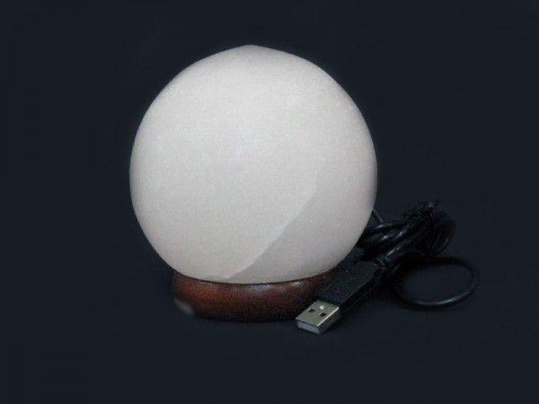 Соляная лампа Феншуй (питание от USB) для компьютера и ноутбука, ионизатор воздуха, солевой светильникСоляные лампы в форме шара<br>(Солевая) Соляная лампа Феншуй (питание от USB)<br><br>Эта мини лампа сделана из настоящей каменной соли в виде шара - прекрасный подарок для любого владельца компьютера или Ноутбука. Питание лампы - от USB порта (в том числе и от обычного компьютера или ноутбука). Лампочка LED - многоцветная, с автоматической сменой цвета (комплектующие из Пакистана).<br><br>Цвет лампы автоматически изменяется<br> <br><br> <br>Комплектация<br> <br>1. Солевая лампа Феншуй<br> <br>2. Адаптер USB<br> <br>3. Упаковка - картонная коробка<br>
