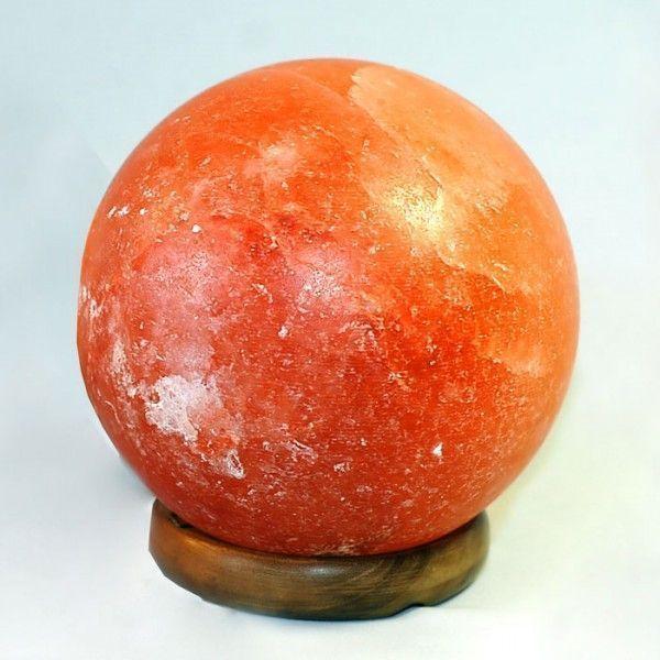 Соляная лампа Феншуй, около 3 кг, ионизатор воздуха, солевой светильникСоляные лампы в форме шара<br>(Солевая) Соляная лампа Феншуй, около 3 кг<br> <br>Для изготовления качественного шарообразного плафона этой 3-х килограммовой модели требуется кусок гималайского соляного пласта весом в пять раз больше. По философии Феншуй сферическая форма – самая совершенная и оптимальная для токов и сохранения энергий. В солевой лампе «Фен-шуй» соединились вместе стихии Огонь и Земля, они принесут в Ваш дом успех, гармонию и любовь. Каменная соль, из которой изготовлен плафон имеет возраст около полумиллиарда лет, добывают ее с полукилометровой глубины в шахтах на севере Пакистана. <br>  <br> <br>  <br> Соляная лампа Феншуй на красивой деревянной подставке – самая дорогая лампа линейки Wonder Life. Размер и вес этой соляной лампы рассчитан для использования в качестве естественного ионизатора комнаты средних размеров – около 10-15 квадратных метров. <br>  <br> <br>  <br> Несколько часов ежедневной работы такого ночника поможет избавиться от вредного воздействия положительно заряженных частиц, возникающих при работе электроприборов, уменьшит количество вредных бактерий в воздушной среде. Воздух вокруг включенной соляной лампы насытится целебными ионами, как после недавней грозы. <br>  <br> <br>  <br> Лечит людей, укрепляет их сопротивляемость болезням. Особо полезна такая лампа для астматиков, пациентов с хроническим бронхитом, для людей, страдающих от бессонницы.<br> <br>Основные особенности соляной лампы Феншуй<br> <br>Форма: шар<br> <br>Цвет: пламя<br> <br>Вес: около 3 кг<br> <br>Подставка: дерево<br> <br>Комплектация<br> <br>1. Соляная лампа Феншуй<br> <br>2. Сетевой шнур 220В<br> <br>3. Упаковка - картонная коробка<br>