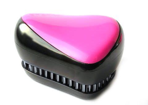 Расческа для волос Compact Styler, розовый, (Компакт Стайлер), для распутывания мокрых и кудрявых волосРасчески для волос<br>Расческа для волос Compact Styler, розовый<br><br> Смотрите также - другие цвета расчесок<br><br>Профессиональная распутывающая расческа для волос Compact Styler идеально подходит для всех типов волос. Оригинальная форма зубчиков обеспечивает двойное действие и позволяет быстро и безболезненно расчесать влажные и сухие волосы. Благодаря эргономичному дизайну, расческу удобно держать в руках, не опасаясь выскальзывания. Расческа дополнена удобной крышечкой.<br><br>Компактная версия профессиональной расчески для волос. Отлично подходит для мокрых, сухих и нарощенных волос. Безболезненное распутывание достигается за счет особой конструкции зубчиков. При расчесывании Compact Styler ваши волосы получат дополнительный объем за счет максимального подъема волос у корней. Незаменима для ведущих активный образ жизни.<br> <br>Маленький размер и высокий стиль, она может быть брошена в сумку и вытащена перед деловой встречей, чтобы преобразить Ваши волосы в считанные секунды. Расческа Compact Styler имеет съемную крышку для защиты зубчиков от пуха и грязи.<br><br>Пластмассовой расческой Compact Styler можно расчесывать как влажные, так и сухие волосы. Расчесывая влажные волосы обычной расческой, вы увеличиваете шансы выпадения волос, поскольку мокрые пряди гораздо больше подвержены деформации, ломкости, а волосяные луковицы ослабевают. Благодаря специальной конструкции щетинок и их гладкой поверхности, бережно расчесывает влажные волосы.<br> <br>Расческа Compact Styler расчесывает любые спутанные пряди и не тянет волосы, что особенно важно для детских волос. Отлично расчесывает густые кудрявые волосы, а также предупреждает сечение кончиков волос.<br>