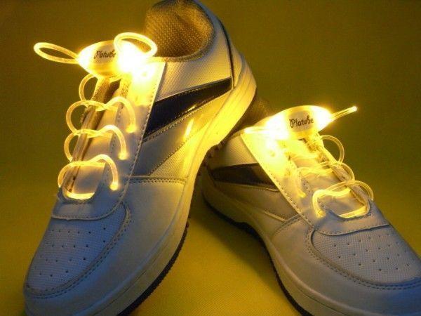 Светящиеся шнурки LED Luminous shoelace, желтыеСветящиеся шнурки<br>Светящиеся шнурки LED Luminous shoelace, желтые<br> <br>Это не просто светящиеся шнурки - это гибкий неоновый провод, которому можно найти множество разных применений. С такими оригинальными, яркими и запоминающимися шнурками Вы всегда будете в центре внимания, где бы ни находились. Этот необычный аксессуар будет оценён по достоинству всеми любителями ночных событий, предпочитающих дискотеки, музыку и ночные прогулки по городу. Шнурки, также как и обувь являются выражением Вашей индивидуальности, поэтому умалять достоинства led шнурков было бы неправильно. С этими шнурками Вы всегда сможете подчеркнуть характер, придать яркость и отметить Вашу индивидуальность! Оденьте вместо привычных разноцветные светящиеся шнурки – и Ваша обувь заиграет по-новому!<br> <br>Особенности светящихся шнурков:<br> <br>Светящиеся шнурки работают в трёх режимах: непрерывное свечение, быстрое мигание, медленное мигание, при этом излучая приятный и главное безвредный свет. Работают от одной батарейки-таблетки CR2032. Светящиеся шнурки LED можно носить в любую погоду, не пачкаются, не промокают, очень прочные.Купить светящиеся шнурки в Москве можете у нас на сайте. Многие выбирают светящиеся шнурки как отличный подарок на Новый Год, подарок на День Рождения, подарок ребёнку. Светодиодные шнурки в Москве, в качестве оригинального подарка другу или коллеге, Вы также можете приобрести в пункте самовывоза нашего интернет-магазина.<br> <br>Светящиеся LED шнурки могут выполнить несколько важных функций:<br> <br> <br>  Сделать велосипедиста или пешехода на дороге в темное время суток заметным. Шнурки светящиеся в темноте привлекут внимание автомобилистов, и станет понятно, что по дороге движется человек.<br> <br>  Отпугнуть дворовых собак в темноте можно с помощью режима мерцания на шнурках. Это удобно, ведь искать палку и отпугивать животное страшно и рискованно. Тем более, цена светящихся шнурков намного ниже, чем новые штаны, ко