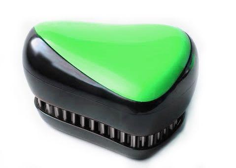 Расческа для волос Compact Styler, (Компакт Стайлер), салатовый для распутывания мокрых и кудрявыхРасчески для волос<br>Расческа для волос Compact Styler, салатовый<br><br> Смотрите также - другие цвета расчесок<br><br>Профессиональная распутывающая расческа для волос Compact Styler идеально подходит для всех типов волос. Оригинальная форма зубчиков обеспечивает двойное действие и позволяет быстро и безболезненно расчесать влажные и сухие волосы. Благодаря эргономичному дизайну, расческу удобно держать в руках, не опасаясь выскальзывания. Расческа дополнена удобной крышечкой.<br><br>Компактная версия профессиональной расчески для волос. Отлично подходит для мокрых, сухих и нарощенных волос. Безболезненное распутывание достигается за счет особой конструкции зубчиков. При расчесывании Compact Styler ваши волосы получат дополнительный объем за счет максимального подъема волос у корней. Незаменима для ведущих активный образ жизни.<br> <br>Маленький размер и высокий стиль, она может быть брошена в сумку и вытащена перед деловой встречей, чтобы преобразить Ваши волосы в считанные секунды. Расческа Compact Styler имеет съемную крышку для защиты зубчиков от пуха и грязи.<br><br>Пластмассовой расческой Compact Styler можно расчесывать как влажные, так и сухие волосы. Расчесывая влажные волосы обычной расческой, вы увеличиваете шансы выпадения волос, поскольку мокрые пряди гораздо больше подвержены деформации, ломкости, а волосяные луковицы ослабевают. Благодаря специальной конструкции щетинок и их гладкой поверхности, бережно расчесывает влажные волосы.<br> <br>Расческа Compact Styler расчесывает любые спутанные пряди и не тянет волосы, что особенно важно для детских волос. Отлично расчесывает густые кудрявые волосы, а также предупреждает сечение кончиков волос.<br>
