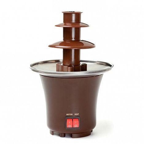 Шоколадный фонтан фондю Chocolate Fondue Fountain Mini, фондюшница сырная на праздникШоколадные фонтаны и фондю<br>Любите фрукты в шоколаде? А хотите баловать себя и своих родных этим потрясающим десертом чаще? А возможно, вы планируете устроить незабываемое угощение для гостей? Предлагаем вам простое и недорогое устройство - электрический шоколадный фонтан в мини-формате и по самой привлекательной цене. Его можно использовать в домашних условиях или накануне торжественного мероприятия, чтобы удивлять своих гостей.<br><br><br> <br><br>Почему шоколадные фонтаны так популярны?<br><br> Chocolate Fondue – шоколадный фонтан в три яруса и высотой в 21 см. Это устройство растапливает обычный шоколад и заставляет его красиво стекать по ярусам. Любой ваш гость может обмакнуть в жидкий шоколад ягоду, кусочек фрукта, печенье, орешек, зефир или другую вкусняшку и получить непревзойденный чудо-десерт. Поверьте, такой прибор станет центром внимания на любом празднике, ведь шоколад – излюбленная сладость детей и их родителей!<br><br><br> Шоколадный фонтан сможет порадовать вкусным десертом 8 – 10 человек. Для фонтана отлично подходит обычный шоколад из магазина, около полкило продукта. Важно, чтобы он был без изюма и орехов. Зная, кто придет к вам на праздник, можно разбавить шоколад жидкими наполнителями - топленными сливками, растительным маслом, подходящим алкоголем (ликер, коньяк, виски), кокосовым молоком и т.д. Экспериментируйте с добавками и получите шикарное угощение, которое приведет в настоящий восторг всех ваших гостей! Только представьте это притягательное зрелище – плавные волны жидкого шоколада, кусочки сочных фруктов или ягоды, непередаваемый аромат – уверенны, никто не сможет устоять перед искушением и порадовать себя шоколадным фондю.<br><br><br> <br><br><br> Использовать этот мини-фонтан можно не только для приготовления десерта! Сырное фондю тоже не оставит равнодушными ваших домочадцев или гостей вечеринки. Устраиваете барбекю? Отлично, приготовьте пикантный со