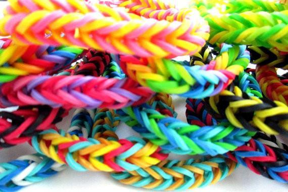 Набор резиночек для плетения браслетов Loom Bands (крючок, S-застежки, 200 шт) фиолетовый, из резинок, для детейРезинки для плетения браслетов<br>Набор резиночек для плетения браслетов Loom Bands (крючок, S-застежки, 200 шт) фиолетовый<br><br> Смотрите также - другие цвета резинок для плетения Loom Bands<br><br>10 упаковок (2000 шт.) - 225 р.(22.5 р. за 1 упаковку)<br><br>Резинки для плетения браслетов (200 шт.) - не дорогой способ попробовать свои возможности в плетении. Выбирайте нужные вам цвета и приступайте к популярному хобби. Новый интересный материал для рукоделия – резинки для плетения браслетов. Их применение позволяет самим создавать уникальные аксессуары.<br><br>В последнее время многие родители мечтают оторвать своих школьников от компьютерных игр и извечного пребывания на социальных сайтах. Теперь вы можете выбрать и  купить резинки для плетения браслетов, и увлечь своих детей интересным занятием. К нам популярность этого хобби пришла от американских и европейских тинейджеров, украшающих себя многочисленными яркими браслетами и фенечками. Конечно, большинство наших девочек и мальчиков подхватили это увлечения, ведь теперь можно создавать неповторимые, индивидуальные аксессуары своими руками. Расходный материал совсем недорогой, а разнообразие будущих поделок ограничивается лишь фантазией и умением.<br><br>Плетение из резинок дает возможность сделать для себя или в качестве подарка друзьям:<br> <br>•    Стильные браслеты различных форм;<br> <br>•    Кольца и медальоны;<br> <br>•    Брелки для ключей;<br> <br>•    Яркие серьги, заколки для волос и многое другое.<br><br>Стоит в классе появиться одной мастерице - и вот уже и у многих друзей в руках резинки для плетения браслетов. Москва в этом не исключение. Родители и учителя тоже в восторге от этого увлечения, ведь оно не только отвлекает детей от мобильников, но и развивает у них многие полезные качества: усидчивость, терпение, творческие навыки и художественный вкус.<br><br> Внимание: Не давать детям д