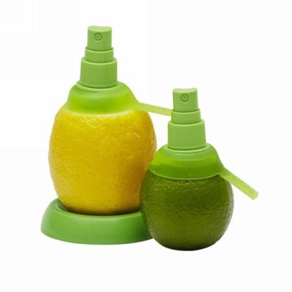 Спрей для лимона Citrus Spray (Спрей для цитрусовых)Спреи для цитрусовых<br>Спрей для лимона Citrus Spray (Спрей для цитрусовых)<br><br>Оригинальное и простое приспособление делает возможным использование самого плода в виде естественного природного сосуда без потери ценных витаминов и без окисления сока. Кольцо-фильтр, установленный внутри фрукта, позволяет фильтровать сок лимона или апельсина, для того, чтобы распылять его на приготовляемые блюда или добавлять в напитки и коктейли.<br><br>Спрей для цитрусовых Citrus Spray можно поставить на стол на специальную небольшую подставку. При необходимости, сломанные или использованные детали легко заменяются.<br><br>Спрей для лимона — это приспособление для извлечения сока из цитрусовых плодов, которое работает по принципу пульверизатора. Отрежьте верхушку лимона. Ввинтите приспособление в лимон. Готово! Сбрызните блюдо соком!<br><br>Комплектация:<br> <br>- Спрей для лимона<br> <br>- Спрей для лайма<br> <br>- Подставка под лимон<br>