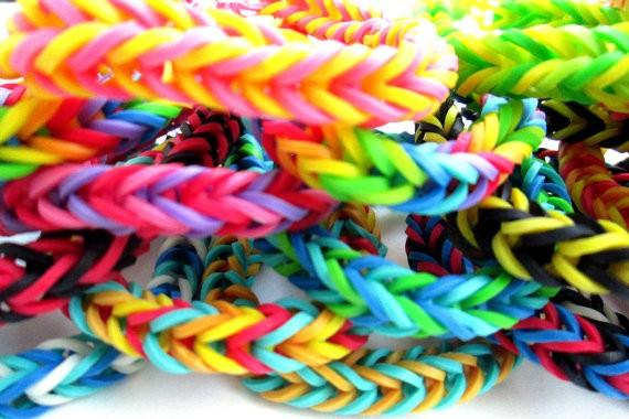 Набор резиночек для плетения браслетов Loom Bands (крючок, S-застежки, 200 шт) голубой, из резинок для девочек, детскийРезинки для плетения браслетов<br>Набор резиночек для плетения браслетов Loom Bands (крючок, S-застежки, 200 шт) голубой<br><br> Смотрите также - другие цвета резинок для плетения Loom Bands<br><br>10 упаковок (2000 шт.) - 225 р.(22.5 р. за 1 упаковку)<br><br>Резинки для плетения браслетов (200 шт.) - не дорогой способ попробовать свои возможности в плетении. Выбирайте нужные вам цвета и приступайте к популярному хобби. Новый интересный материал для рукоделия – резинки для плетения браслетов. Их применение позволяет самим создавать уникальные аксессуары.<br><br>В последнее время многие родители мечтают оторвать своих школьников от компьютерных игр и извечного пребывания на социальных сайтах. Теперь вы можете выбрать и  купить резинки для плетения браслетов, и увлечь своих детей интересным занятием. К нам популярность этого хобби пришла от американских и европейских тинейджеров, украшающих себя многочисленными яркими браслетами и фенечками. Конечно, большинство наших девочек и мальчиков подхватили это увлечения, ведь теперь можно создавать неповторимые, индивидуальные аксессуары своими руками. Расходный материал совсем недорогой, а разнообразие будущих поделок ограничивается лишь фантазией и умением.<br><br>Плетение из резинок дает возможность сделать для себя или в качестве подарка друзьям:<br> <br>•    Стильные браслеты различных форм;<br> <br>•    Кольца и медальоны;<br> <br>•    Брелки для ключей;<br> <br>•    Яркие серьги, заколки для волос и многое другое.<br><br>Стоит в классе появиться одной мастерице - и вот уже и у многих друзей в руках резинки для плетения браслетов. Москва в этом не исключение. Родители и учителя тоже в восторге от этого увлечения, ведь оно не только отвлекает детей от мобильников, но и развивает у них многие полезные качества: усидчивость, терпение, творческие навыки и художественный вкус.<br><br> Внимание: Не давать дет