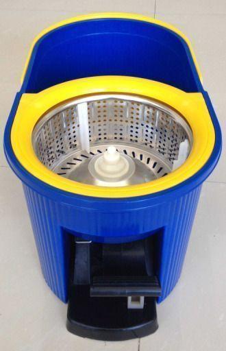 Универсальная швабра с отжимом Spin Mop Q2 (Спин Моп) синяя, для уборки дома в квартире с микрофибройШвабры с отжимом<br>Швабра Spin Mop Q2!<br> <br>  Смотрите также - Другие модели швабр с отжимом<br> <br><br> <br>Швабра Spin Mop Q2 - это новое оружие для качественной уборки Вашего дома или офиса. Вам не понадобится прикладывать большие усилия, чтобы вымыть пол, помыть стёкла и даже автомобиль.<br> <br>Теперь отжимать или полоскать стало гораздо удобнее. Это можно сделать как с помощью педали на ведре, так и при помощи самой  швабры Spin Mop Q2, держась за ручку, просто надавите на нее и всё, центрифуга начнет вращение и отжимать, либо удобное полоскание без больших усилий и руки останутся сухими!<br> <br>Микрофибра швабры способна впитывать большой объем жидкости, а так же захватывает в себя грязь и пыль.<br> <br>Особенности швабры с отжимом Spin Mop Q2<br> <br>- Новая металлическая центрифуга для отжима, с защитой от брызг, придаст не только эстетический вид ведру, но и улучшает отжим швабры с насадкой из специальной микрофибры.<br> <br>- При помощи новой функции полоскания, теперь полоскать Spin Mop Q2 стало на много удобнее и быстрее. Просто вставьте швабру в ведро, нажмите на педаль или саму швабру и всю грязь быстро смоет водой.<br> <br>- Вы так же сможете настроить под себя длину  ручки, просто ослабьте фиксатор на ручке, выберите удобную длину и снова зафиксируйте.<br> <br>- Плоская насадка из микрофибры и изменяющийся угол наклона основания швабры, позволит Вам отмыть грязь и пыль даже в очень труднодоступных местах.<br> <br>- Еще одним основным преимуществом является длина, по сравнению с другими швабрами, эта длиннее на 15 см.<br> <br><br> <br>Основные отличия от аналогов<br> <br>- Ручка больше на 15 см чем у аналогов:<br> <br>Длина ручки:<br> <br>89 см - в сложенном виде;<br> <br>115 см - полная длина<br> <br>- Ручка регулируется в длину<br> <br>- Металлическая центрифуга<br> <br>- Качественная сборка<br> <br>- Качественные материалы<br> <br>- Система D