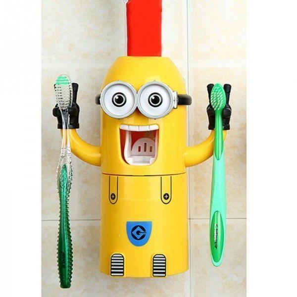 Дозатор зубной пасты Wash Suits Миньон, для чистки зубов, держатель зубных щеток, для детейДозаторы<br>Дозатор зубной пасты Wash Suits Миньон<br> <br>Ваш ребенок наотрез отказывается чистить зубы? Каждое утро этот банальный ритуал гигиены стоит вам и вашему чаду потраченных нервов и времени?<br> <br>Наш интернет магазин готов предложить вам купить недорогое и очень эффективное средство, которое вмиг решит проблему нежелания ребенка чистить зубы - дозатор зубной пасты Wash Suits Миньон! Отзывы счастливых родителей это подтверждают – теперь дети с радостью сами бегут в ванную, чтобы поскорее почистить зубы с любимым мультяшным персонажем.<br> <br>Особенности детского дозатора зубной пасты<br><br><br> <br>Родители просто вне себя от радости, что недорогой держатель зубных щеток и дозатор пасты миньон смог переменить отношение их детей к ежедневной чистке зубов, ритуалу, который многие дети раньше так не любили.<br> <br>Забавный дозатор для зубной пасты миньон сразу становится центром внимания для ребенка в ванной, так как он сделан в форме любимого детского мультяшного персонажа – забавного желтенького Миньона, который радостно улыбается, призывая поскорее взять щетку из его руки-держателя и почистить зубы.<br> <br>Дозатор зубной пасты с держателем Миньон способен не только удерживать детские зубные щетки, но и выдавить необходимое количество зубной пасты на щетку, а также имеет стакан для полоскания рта. Все это в комплексе превратит ежедневную гигиеническую процедуру, столь нелюбимую многими детьми, в увлекательную игру с любимым героем мультика.<br> <br>Отзывы родителей, которые уже успели купить дозатор по выгодной цене в нашем интернет магазине, подтверждают, что конструкция приспособления выполнена таким образом, что ребенок с легкостью может сделать все сам и ему не понадобиться для этого помощь, а уж тем более контроль старших.<br> <br>Дозатор миньон для зубной пасты и щеток с легкостью крепится к стене с помощью двустороннего прозрачного скотча и может быть де