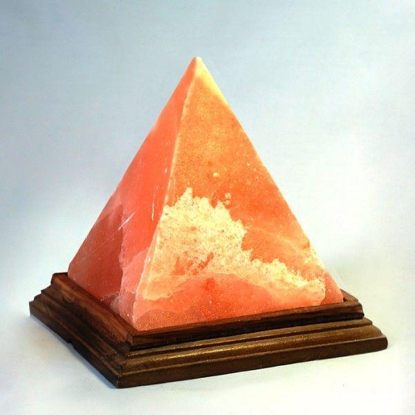 Соляная лампа Египетские Пирамиды, ионизатор воздуха, солевой светильникСоляные лампы в форме пирамиды<br>Соляная (Солевая) лампа Египетские Пирамиды 3 кг.<br> <br>Декоративный ночник-ионизатор с плафоном из лечебной каменной соли подчеркнет Вашу индивидуальность и освежит воздух в комнате лечебным послегрозовым составом. <br>  <br> <br>  <br> Очарование красных оттенков солевого плафона из древней каменной соли, возраст которой исчисляется сотнями миллионов лет и уникальная энергетическая форма – далеко не всё достоинства светильника «Египетские Пирамиды». <br>  <br> <br>  <br> Популярность недавно появившихся в продаже солевых ламп в первую очередь обусловлена не декоративными, а оздоровительными и лечебными свойствами. При нагреве обычной небольшой лампочкой плафон соляной лампы выделяет в воздух ионы, которые освежают и обеззараживают атмосферу в доме, создавая подобие галиоклимата (halos, соль) прямо у Вас в квартире. Пребывание в таком климате положительно сказывается на лечении многих легочных заболеваний, например астмы. Это доказанный факт, ведь не зря многие «легочники» постоянно посещают специальные спелеокурорты, где проводят время, дыша в пещерах атмосферой, насыщенной испарениями пластов каменной соли. Также полезно включать соляная лампа тем, кто нуждается в укреплении иммунитета, или хочет ослабить протекание аллергических процессов. эффект естественной ионизации воздушной среды в помещении. Благодаря эффекту ионизации отрицательными частицами воздух стерилизуется, в нем гибнут бактерии, пропадает неприятный запах, уменьшается вредный фон от работы различных электрических устройств, которые, наоборот, насыщают пространство положительным зарядом. <br>  <br> <br>  <br> Соляная лампа «Египетские Пирамиды» продается в оригинальной, красочной упаковке. Такой подарок для украшения спальни или комнаты обрадует не только людей, заботящихся о своем здоровье, но отлично подойдет для поклонников стиля Фен-шуй.<br>  <br> <br> <br>Основные особенности соляной лам