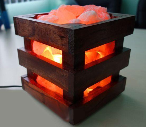Соляная лампа Wood, ионизатор воздуха, солевой светильник, ночник для снаСоляные лампы из камней<br>(Солевая) Соляная лампа Wood<br><br>Соляная лампа Wood впишется в интерьер любой квартиры, и даже сделает его намного уютнее. Квадратная форма, сделанная из дерева придаст особую изюминку комнате или залу, где будет распологаться.<br> <br>Кристаллы гималайской соли различной формы помещены внутрь формы соляной лампы, они с лаконичностью создают приятную атмосферу в помещении. Соляная лампа Wood может использоваться как ночник, во время сна, при нагреве лампы накаливания установленной в лампе, в воздух выделяются отрицательные ионы, что способствует улучшению сна, очищению воздуха в помещении, компенсируют вред от излучений бытовых приборов.<br><br>Регулярно используя лампу-ночник, вы почувствуете, что воздух в дома стал чище и свежее. Испарения соли благотворно влияют на здоровье человека, они успокаивают организм и приводят его в тонус. Польза от соляной лампы огромна, не только как красивый аксессуар для дома, но и полезный, лампа оказывает сильный оздоровительный эффект на организм человека.<br><br>Особенности:<br> <br>Форма: кристаллы<br> <br>Цвет: пламя<br> <br>Вес: около 4 кг<br> <br>Подставка: дерево<br><br>Комплектация:<br> <br>1. Соляная лампа<br> <br>2. Сетевой шнур 220В<br> <br>3. Упаковка - картонная коробка<br>
